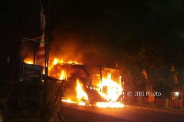 Bus Kramat Jati dan Bus PJT Tabrakan di Tol Kalikangkung, Api Membara