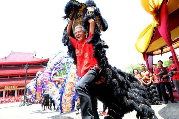 Ganjar Pranowo Mainkan Barongsai di Kelenteng Sam Poo Kong