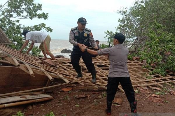 Pantai Celong Batang Diterjang Puting Beliung, 5 Warung Porak Poranda