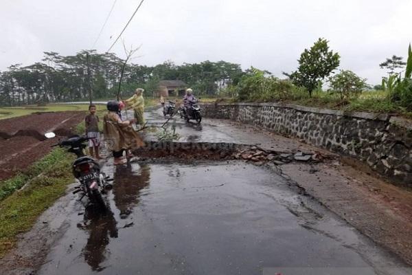Jalur Penghubung 2 Desa di Batang Ambles 0,5 M