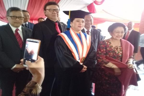 Terima Gelar Doktor HC dari Undip Semarang, Puan Ditemani Megawati