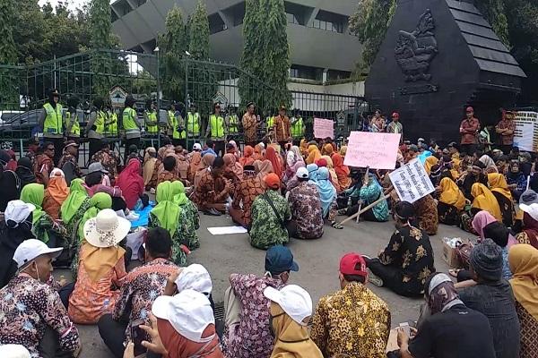 Ratusan Guru Honorer Demo di Kantor Gubernur Jateng, Ini Tuntutannya…