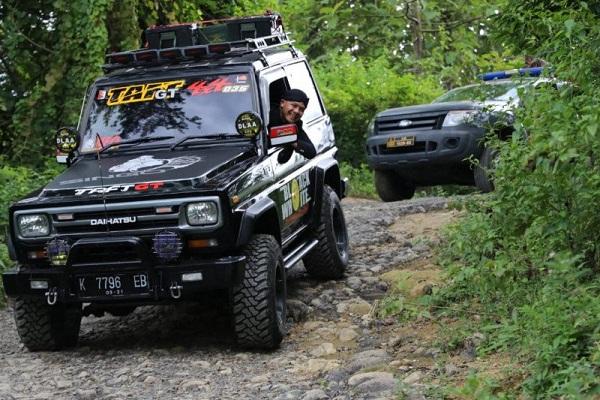 Gubernur Ganjar Naik Mobil Offroad demi Jalan Rusak Semarang