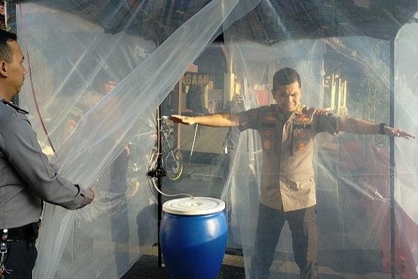 LewatiBilik Disinfektan Sebelum Masuk Mapolres Salatiga