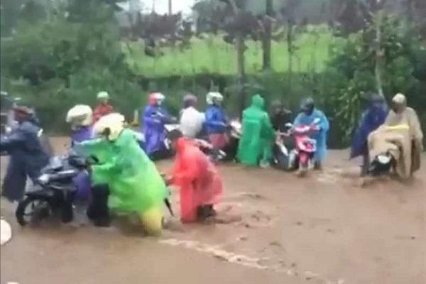 Banjir Jebak Motor di Jalur Kertek-Kledung Wonosobo