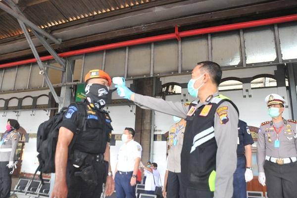 Cek Penumpang di Stasiun Tawang, Polisi Semarang Minta Pemudik Isolasi Mandiri