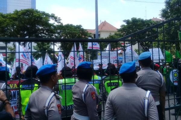 Geruduk DPRD, Buruh Semarang Tolak Omnibus Law