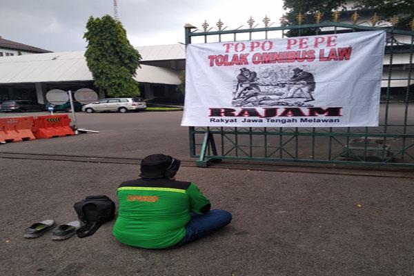Di Tengah Ancaman Covid-19, Buruh Semarang Ini Demo Tapa Pepe