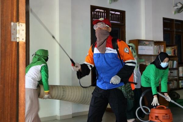 Pertamina Semprot Disinfektan ke 31 Masjid & Panti di Semarang