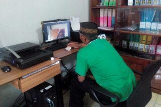 Proses penyerahan melalui video call narapidana penerima asimilasi dengan petugas Bapas Pati, Jumat (3/4/2020) sore. (Semarangpos.com-Arif Fajar S.)