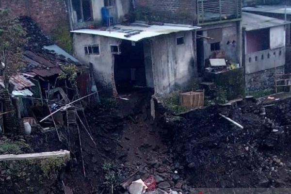 Talud Sungai Galeh Temanggung Ambrol, Rumah di Bantaran Terancam Longsor