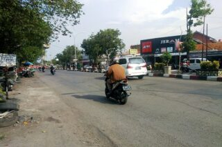 Jl. Gajah Mada Purwodadi, depan PDAM Purwodadi, Grobogan akan ditingkatkan dengan beton. (Semarangpos.com-Arif Fajar S.)