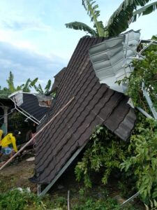 Kondisi atap rumah yang diterjang angin putting beliung di Dusun Tumbal, Desa Kluwan, Penawangan, Grobogan, Jateng. (Semarangpos.con-Polsek Penawangan)