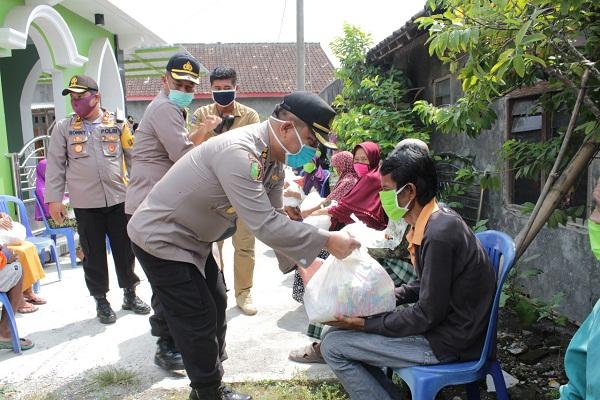 Polda Jateng dan Polres Grobogan Bagikan 710 Paket Sembako