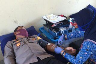 Kapolres Grobogan AKBP Ronny Tri Prasetyo Nugroho mendonorkan darah di PMI Grobogan. (Semarangpos.com-Istimewa)