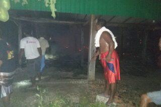 Warga berusaha memadamkan api yang membakar rumah Yulianto, di Desa Nglinduk, Gabus, Grobogan, Senin (20/0/2020) malam. (Semarangpos.com-Pemcam Gabus)
