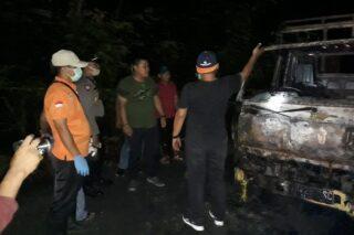 Kapolres Grobogan AKBP Ronny Tri Prasetyo Nugroho (ketiga dari kanan) di lokasi kejadian truk terbakar, Selasa (21/4/2020). (Semarangpos.com-Polres Grobogan)