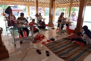 Proses pembuatan masker di Kantor DPC PDIP Grobogan. (Semarangpos.com-DPC PDIP Grobogan)