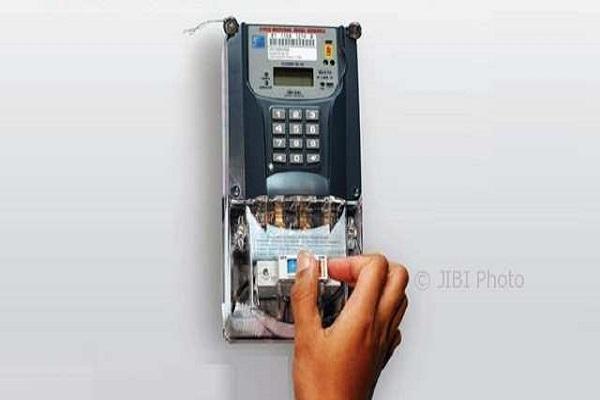 Pegawai PLN Kembali Catat Meter ke Rumah Pelanggan