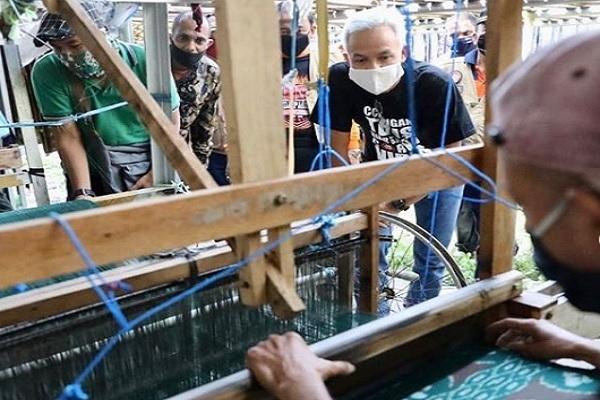 Produktivitas Pabrik Sarung Goyor di Tegal Bertahan di Tengah Covid-19