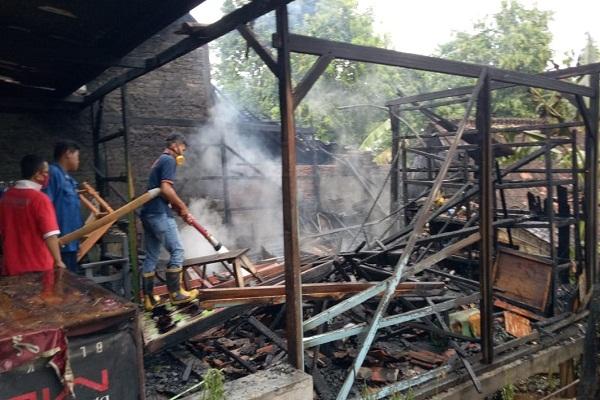 Belum Jualan, Warung Pinggir Jalan Purwodadi-Pati Malah Terbakar