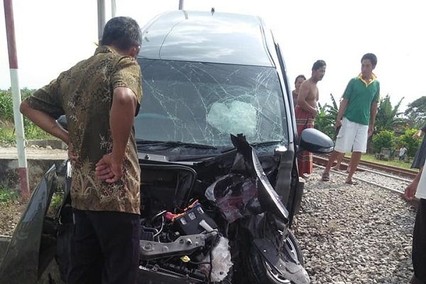 Mobil Warga Semarang Terserempet KA Barang di Grobogan