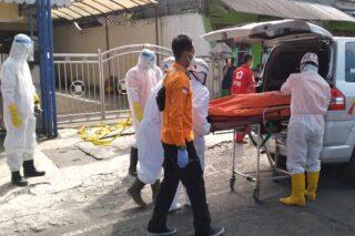 Menggunakan APD lengkap petugas mengevakuasi jenazah depan apotek Satria Purwodadi, Rabu (20/5/2020). (Semarangpos.com-Polres Grobogan)
