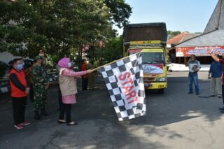 Bupati Grobogan Sri Sumarni melepas truk pembawa bantuan sembako untuk perantau di Jabodetabek. (Semarangpos.com-Pemkab Grobogan)