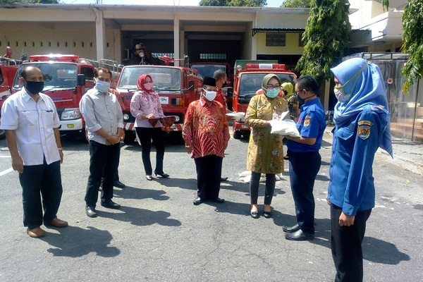Bupati Grobogan Serahkan Beras dan Uang untuk Petugas Damkar