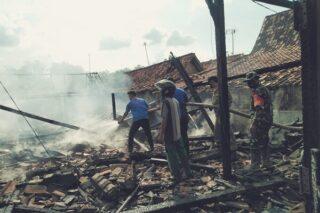 Petugas pemadam kebakaran bersama tentara dan personel Satpol PP menyemprotkan air ke sisa kebakaran rumah di Bandungsari, Ngaringan, Grobogan, Jateng, Jumat (22/5/2020). (Semarangpos.com-Kecamatan Ngaringan)