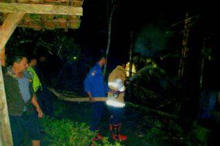 Petugas pemadam kebakaran dibantu polisi dan warga memadamkan kandang sapi milik Suwarto, warga Desa Pengkol, Kecamatan Penawangan, Kabupaten Grobogan, Sabtu (30/5/2020) dini hari. (Semarangpos.com-Polsek Penawangan)