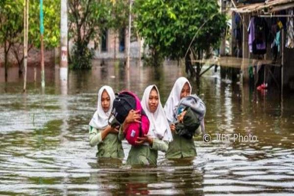 Atasi Genangan Air Rob, Jalan Pantura Semarang-Demak Ditinggikan.