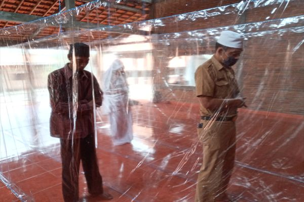 Salat Jemaah Digelar di Pesantren Ungaran Ini, Tirai Plastik Dipasang untuk Pengaman