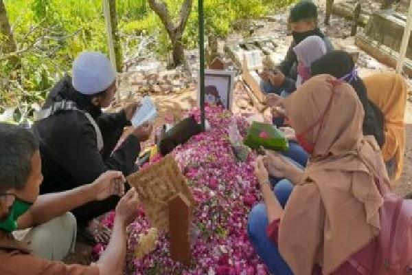 Sobat Ambyar Berduyun-Duyun Ziarah ke Makam Didi Kempot di Ngawi