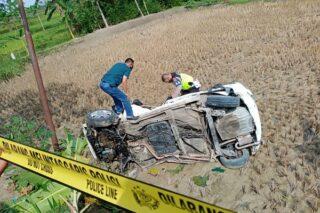 Polisi melakukan memeriksa mobil Honda Jazz yang tersambar kereta api di Desa Sidorejo, Pulokulon, Kabupaten Grobogan, Minggu (31/5/2020). (Semarangpos.com-Polsek Panunggalan)