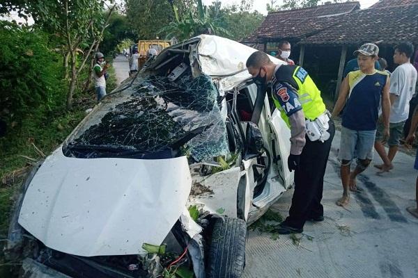 Ajaib, Mobil Tersambar Kereta Api di Grobogan, Pengemudi Keluar Sendiri