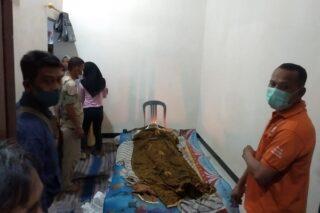Jenazah Suwardi, yang tersetrum genset disemayamkan di rumahnya, Desa Godong, Kecamatan Godong, Kabupaten Grobogan, Sabtu (6/6/2020) malam. (Semarangpos.com-Polsek Godong)