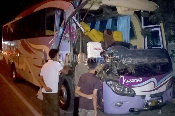 Bus Nusantara & Toyota Agya Seruduk Truk Mogok di Kudus, 3 Terluka