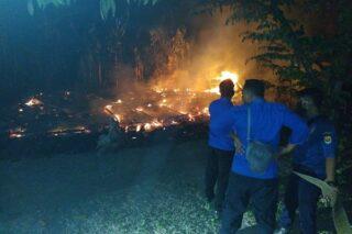 Petugas pemadam kebakaran (Damkar) Pos Kecamatan Wirosari sedang memadamkan api yang membakar rumah di Desa Nglinduk, Kecamatan Gabus, Grobogan, Selasa (16/6/2020) dini hari. (Semarangpos.com-Damkar Wirosari)