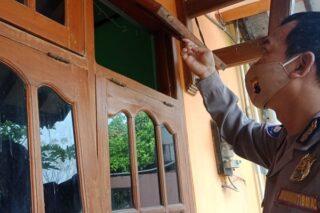 Polisi memeriksa ventilasi yang dibuka ODGJ untuk mencuri motor di Desa Getasrejo, Kecamatan/Kabupaten Grobogan, Senin (22/6/2020). (Semarangpos.com-Polsek Grobogan)