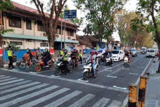 Marka henti jaga jarak di perempatan Dinas Kominfo Grogogan Jl. R Suprapto Purwodadi, dibuat mirip garis start balapan Moto GP. (Semarangpos.com-Dishub Grobogan)