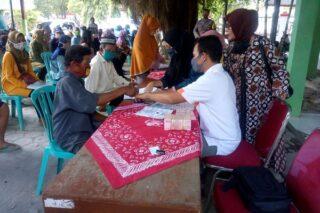 Petugas Kantor Pos Purwodadi meminta penerima bantuan sosial tunai (BST) dari Kelurahan Kalongan, membubuhkan cap jempol, Sabtu (18/7/2020). (Semarangpos.com-Arif Fajar Setiadi)
