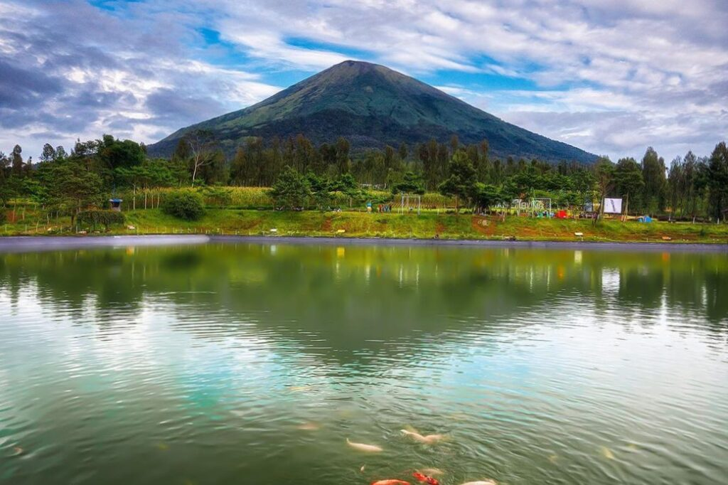 Embung Kledung Cerminkan Indahnya Gunung Sindoro dan Sumbing