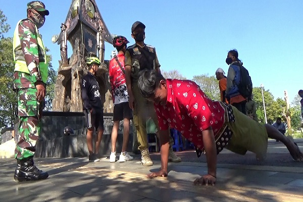 Tak Pakai Masker, 79 Orang di Salatiga Diminta Nyanyi & Push Up