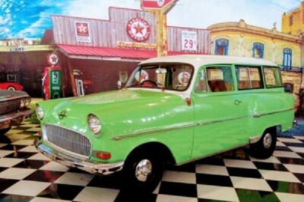 Puluhan Mobil Antik Adu Molek di Karanganyar, Selfie Kuy!