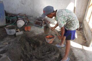 Catur Feriyanto siswa Kelas VII MTS YA Robi Grobogan bekerja sebagai kuli bangunan demi membiayai belajar online. (Semarangpos.com-Istimewa)