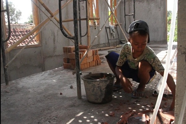 Demi Bisa Belajar Online, Bocah Grobogan Jadi Kuli Bangunan
