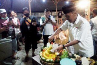 Lurah Purwodadi Hendro Sutopo memotong tumpeng bersama pemancing saat malam tirakatan, Minggu (16/8/2020) malam. (Semarangpos.com-Arif Fajar Setiadi)