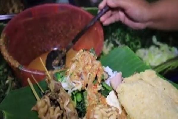 Coba Nasi Pecel Mbok Sador di Simpang Lima Semarang