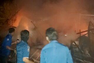 Petugas pemadam kebakaran berupaya memadamkan api yang membakar toko klontong di Tanggungharjo, Grobogan, Jateng, Minggu (23/8/2020) dini hari. (Semarangpos.com-Istimewa)